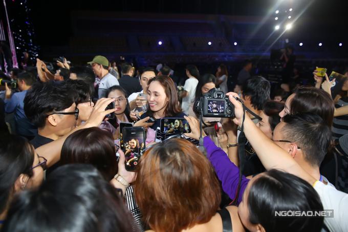 Mẹ của tân Hoa hậu thu hút nhiều sự chú ý. Cô cho biết, ở nhà Hoa hậu Tiểu Vy là một người con ngoan ngoãn, lễ phép. Hai năm qua, Tiểu Vy xa gia đình, vào Sài Gòn học tập để hướng tới việc du lịch. Tuy nhiên, con gáiquyết định dự thi Hoa hậu Việt Nam 2018 nhưng gia đình đều ủng hộ.`