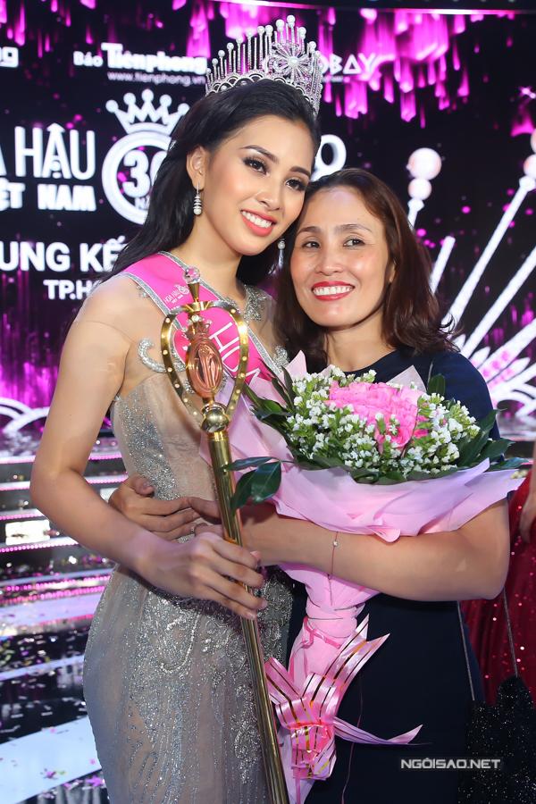Hoa hậu Trần Tiểu Vy, Á hậu Phương Nga hạnh phúc trong vòng tay gia đình - 4