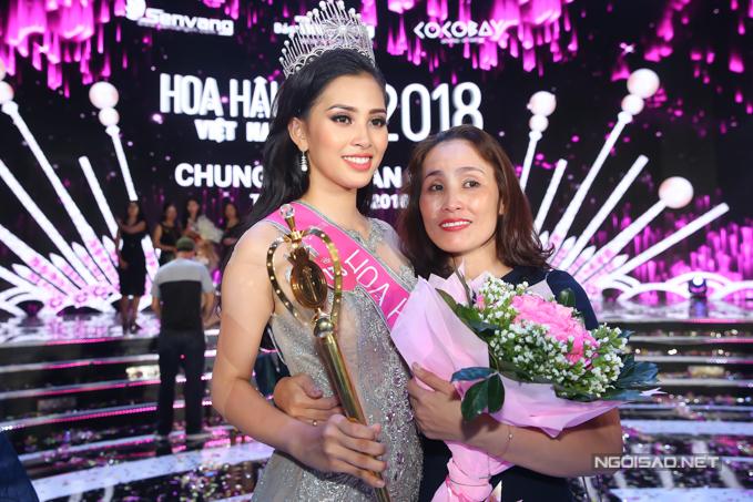 Hoa hậu Trần Tiểu Vy, Á hậu Phương Nga hạnh phúc trong vòng tay gia đình - 5