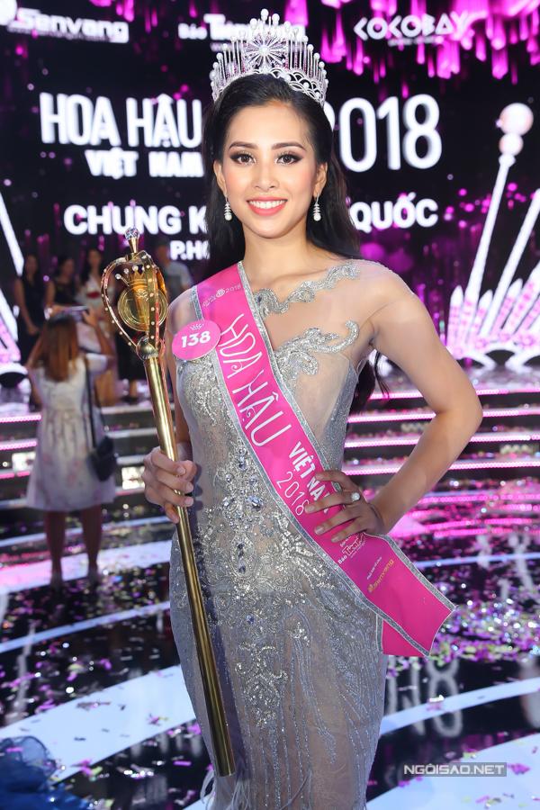 Hoa hậu Trần Tiểu Vy, Á hậu Phương Nga hạnh phúc trong vòng tay gia đình - 6