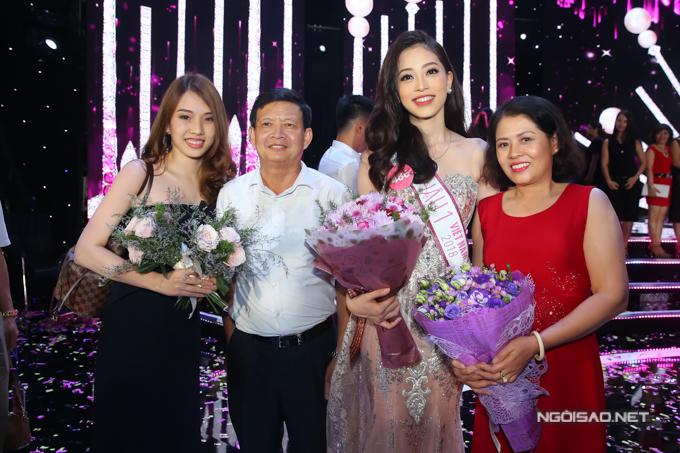 Hoa hậu Trần Tiểu Vy, Á hậu Phương Nga hạnh phúc trong vòng tay gia đình - 8