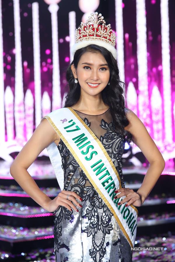 Hoa hậu Trần Tiểu Vy, Á hậu Phương Nga hạnh phúc trong vòng tay gia đình - 11