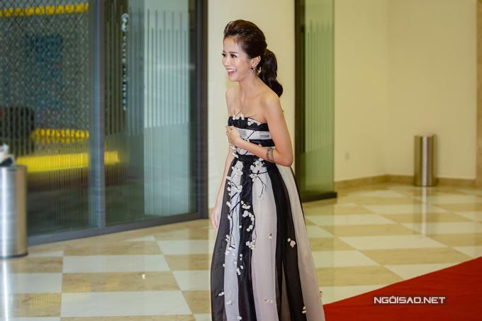 An Nguy đến địa điểm công chiếu phim muộn hơn Kiều Minh Tuấn khoảng 20 phút. Cô diện váy cúp ngực, khoe vóc dáng mảnh mai.