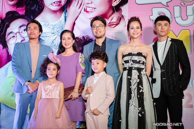 Khi cùng đoàn phim lên sân khấu chào quan khách, An Nguy chọn đứng cạnh ca sĩ Will, còn Kiều Minh Tuấn lại đứng ở vị trí khá xa.
