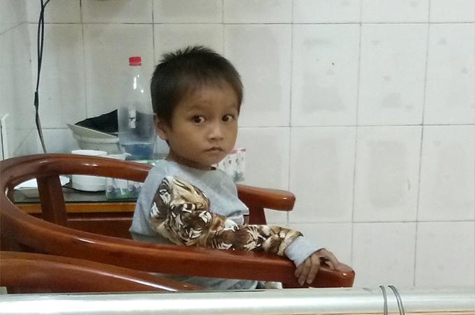Bé Hùng hiện ổn định sức khỏe, ăn tốt và đang điều trị tại bệnh viện sau khi được một phụ nữ ở Hà Giang cưu mang. Ảnh: Ngọc Hồng.