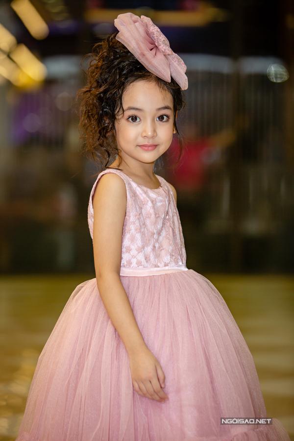 Model nhí Chu Diệp Anh như nàng công chúa điệu đà trong ngày ra mắt phim điện ảnh mà cô bé tham gia diễn xuất.