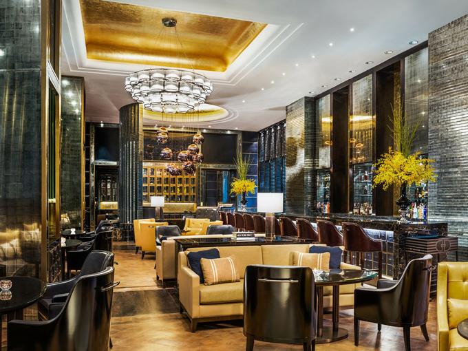 Quầy bar của khách sạn St. Regis trước khi bị phù phép thành cửa tiệm nữ trang
