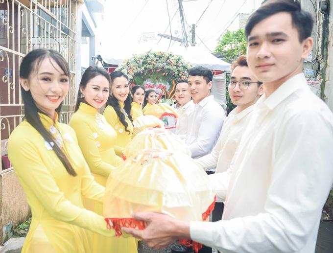 Hai họ thực hiện nghi thức trao lễ vật trước cổng hoa nhà cô dâu.