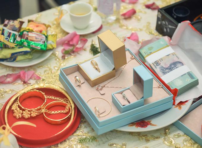 Sính lễ nhà trai mang tới ngoài trà, rượu, bánh kẹo, trái cây, heo quay theo thủ tục hôn lễ ở miền Tây Nam Bộ thì còn có nữ trang vàng cho cô dâu và một khoản tiền chợ cho nhà gái.
