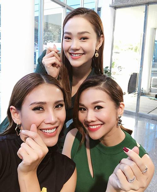 Bộ ba HLV The Face: Minh Hằng, Hoàng Yến, Thanh Hằngthân thiết bên nhau.