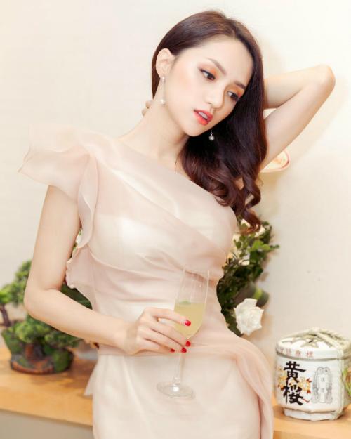 Hương Giang được khen đẹp dịu dàng trong bức ảnh mới đăng tải.