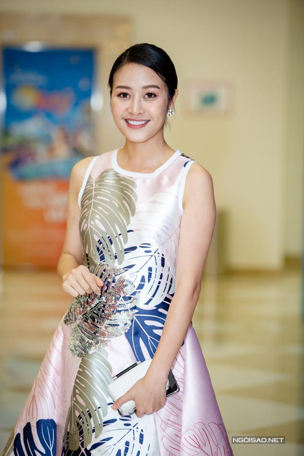 MC Phí Linh mặc váy thanh lịch đến chúc mừng đoàn phim.