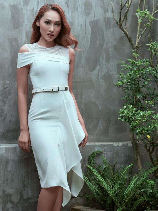 Sau bộ sưu tập váy xuyên thấu, váy ren sexy cho dạ tiệc mùa hè, nhà thiết kế Nguyễn Hà Nhật Huy tiếp tục sử dụng gam trắng để mang tới các mẫu váy cho mùa thu.