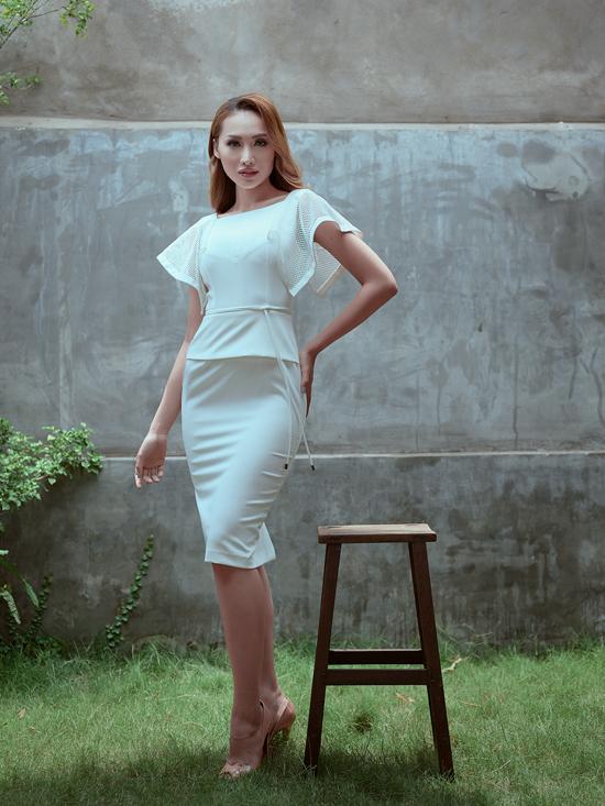 Bộ ảnh được thực hiện với sự hỗ trợ của nhiếp ảnh Antonio Dinh, trang điểm Trung Lạc, trang phục Nguyễn Hà Nhật Huy.