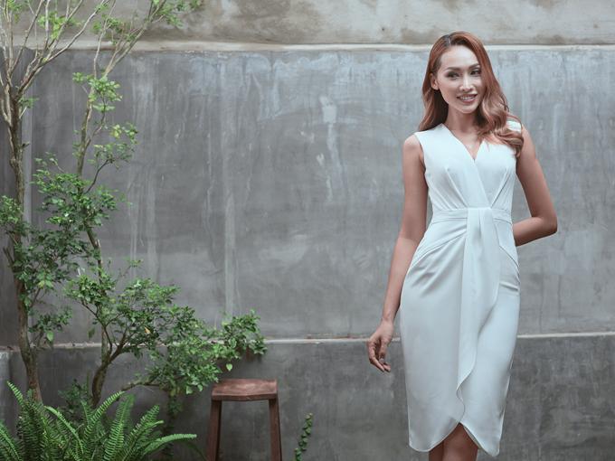 Những nếp gấp, đường xoắn vải, điểm nhấn xiết eo tạo nên nhịp điệu ấn tượng trên từng dáng váy liền thân.