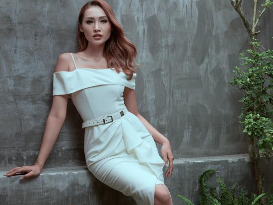 Kết hợp cùng các dáng váy liền thân tôn đường cong hình thể là các kiểu dây lưng da skinny cùng tông màu.