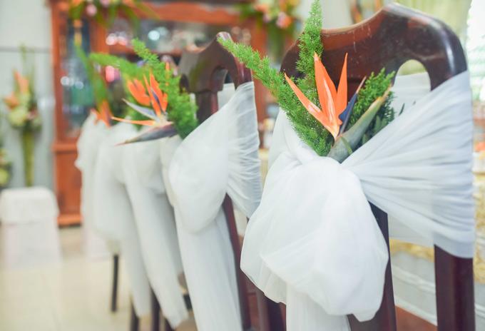 Những chiếc ghế tại nhà Hoa hậu cũng được trang trí bằng hoa thiên điểu.