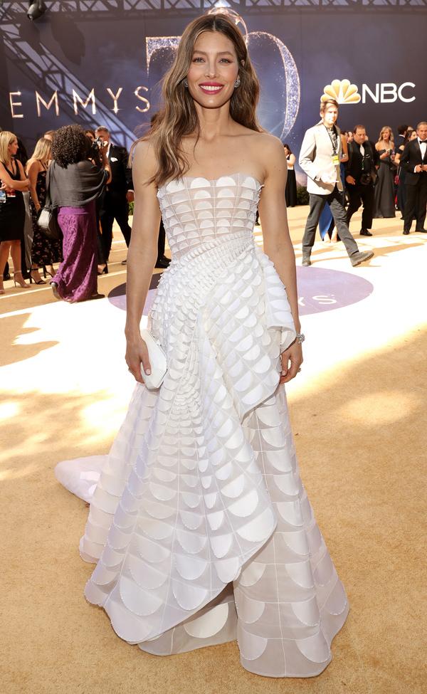 Tối 17/9, lễ trao giải Emmy lần thứ 70 diễn ra tại Los Angeles, Mỹ, quy tụ sự góp mặt của hàng loạt nghệ sĩ tên tuổi. Giữa cả rừng người đẹp xúng xính xiêm y cầu kỳ, diễn viên phim Total Recall Jessica Biel vẫn gây ấn tượng khi diện bộ đầm Ralph & Russo Couture dựng phom tinh tế.