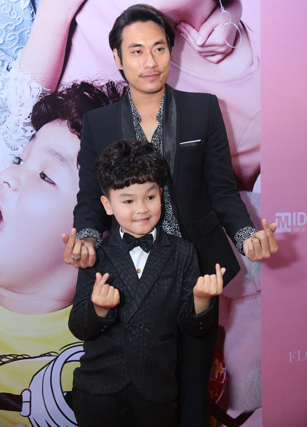 Kiều Minh Tuấn ăn mặc bảnh bao, đến rạp phim khá sớm. Anh chụp ảnh cùng bé Hữu Khang - người đóng vai con trai của An Nguy trong phim điện ảnh mới.