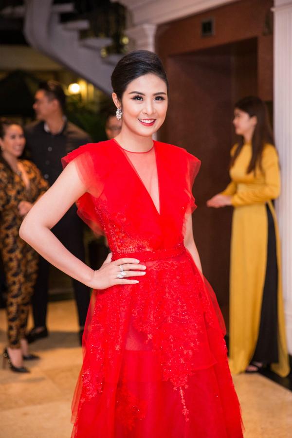 Tối 17/9, Hoa hậu Việt Nam 2010 - Ngọc Hân tham gia sự kiệnra mắt tập đoàn thời trang quốc tế tại TP HCM. Cô diện bộ váy đắp ren màu đỏ nổi bật, thu hút sự chú ý tại chương trình.