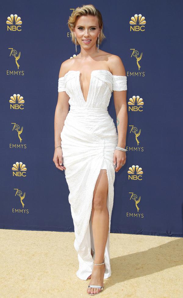 Cũng chọn sắc trắng thanh lịch, ngôi sao The Avengers Scarlett Johansson tôn đường cong với thiết kế Balmain cắt xẻ sexy.