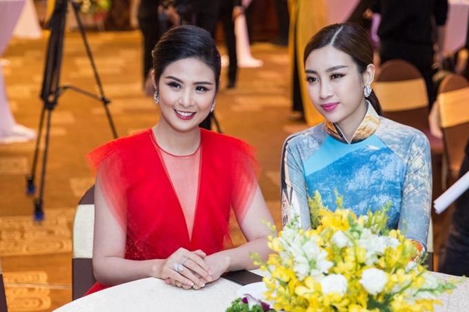 Mỹ Linh sau đó thay trang phục áo dài, hội ngộ đàn chị Ngọc Hân theo dõi sự kiện.