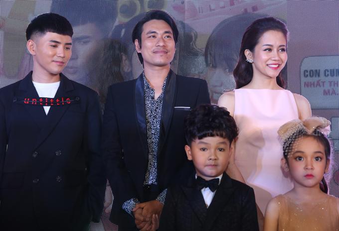 Khác với khi ra mắt phim ở Hà Nội, lần này cặp đôi phim giả tình thật đứng gần nhau nhưng vẫn giữ khoảng cách.