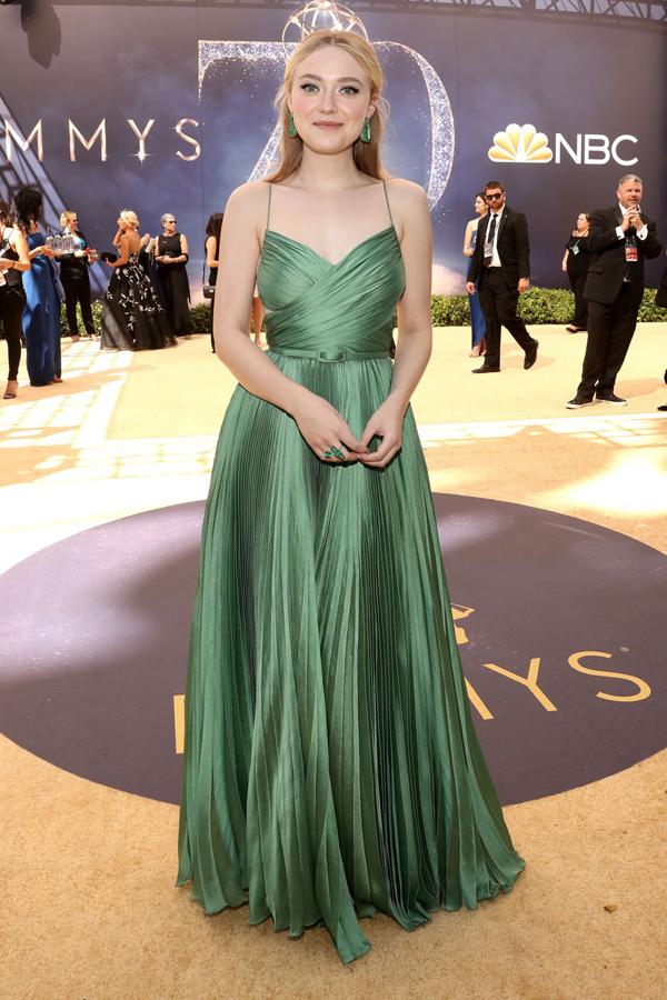 Diện trang phục Dior Haute Couture màu xanh emerald duyên dáng, Dakota Fanning hoàn thiện vẻ ngoài bằng bộ trang sức làm từ 175 carat ngọc lục bảo ton-sur-ton.