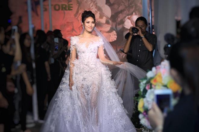 Siêu mẫu Lan Khuê là vedette cho bộ sưu tập The Dreams của nhà thiết kế Vĩnh Thụy tại đêm khai mạc triển lãm mua sẵm cưới Wedding Fair 2018