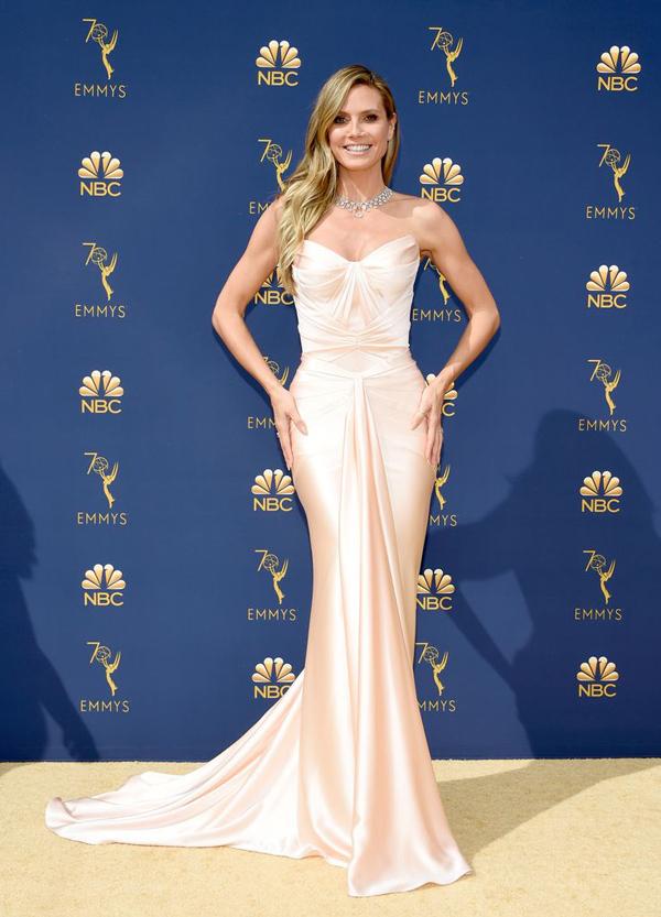 Giám khảo Americas Got Talent Heidi Klum khoe sắc vóc tuổi 45 trong mẫu đầm đuôi cá Zac Posen cúp ngực nuột nà.