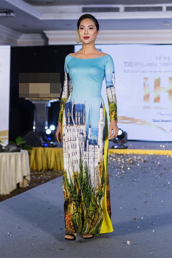 Hoa khôi Áo dài 2016 Diệu Ngọc hiếm khi trở lại sàn diễn. Cô trình diễn áo dài của nhà thiết kế Nhật Dũng.