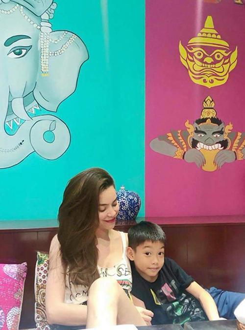 Hồ Ngọc Hà đăng ảnh ngồi thảnh thơi cùng con trai Subeo.