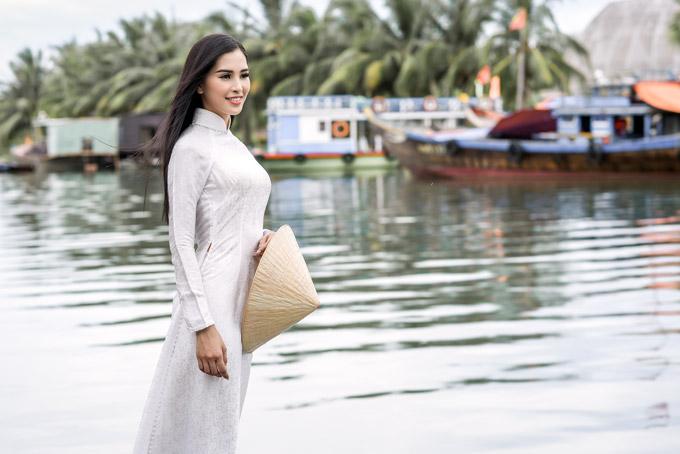 Trần Tiểu Vy làm mẫu trong bộ sưu tập áo dài về Hội An cho Ngọc Hân trước khi cô trở thành Hoa hậu Việt Nam 2018.