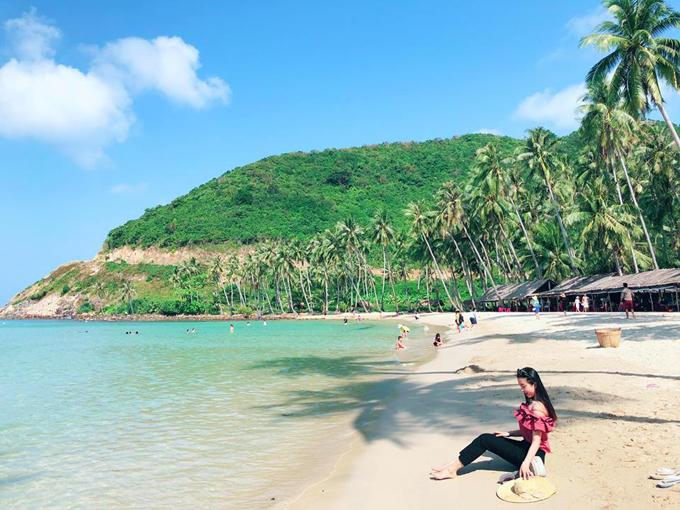 Quê gốc ở Kiên Giang nên chắc chắn Thúy An sẽ yêu mến hòn đảo Nam Du này. Nơi đây được ví là Maldives phiên bản Việt với khung cảnh hoang sơ, làm nước xanh màu ngọc bích cùng hàng dừa duyên dáng.