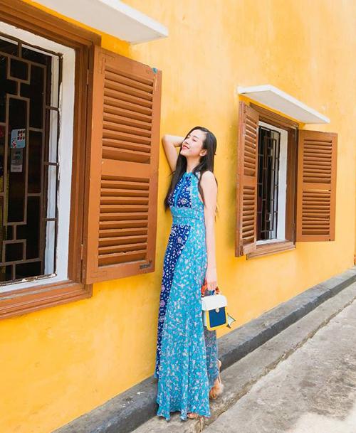 Dịp 2/9, chỉ trước khi tham gia vòng chung kết hoa hậu Việt Nam vài ngày, Thúy An cùng bạn bè tới Hội An tận hưởng kỳ nghỉ và không quên chụp ảnh check in với những bức tường vàng đặc trưng nơi phố Hội.