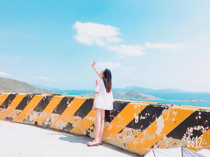 Thúy An bất chấp nắng gắt để có được tấm hình sống ảo ở vịnh Vĩnh Hy - một trong những điểm đến nổi tiếng trong giới trẻ vài năm gần đây. Vịnh Vĩnh Hy nằm ở phía Đông Bắc của tỉnh Ninh Thuận, cách thành phố Phan Rang khoảng 40 km, ngay sát Vườn quốc gia Núi Chúa. Biển ở đây vẻ hoang sơ và nguyên thủy của biển xanh, cát trắng, đẹp đến ngất ngây.