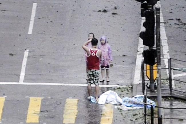 Ông bố bị chỉ trích vì lôi hai con ra giữa cơn bão để chụp ảnh