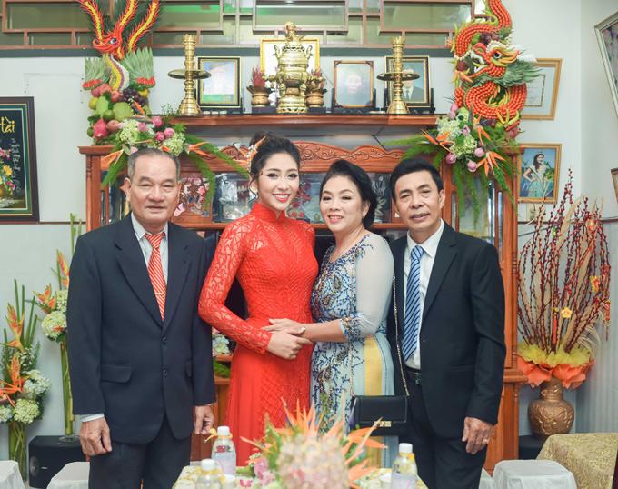 Bàn thờ gia tiên nhà người đẹp bày trái cây thành hình long phụng cầu kỳ. Cô dâu rạng rỡ chụp ảnh cùng bố mẹ, người thân.