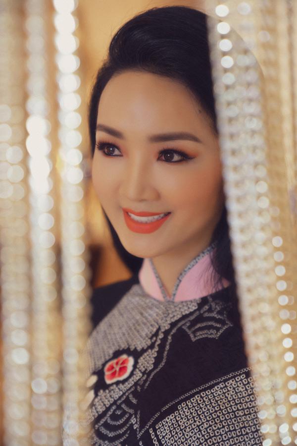 Người đẹp rất thích sưu tập áo dài mới mang họa tiết hoa sơn trà, pha trộn văn hóa Việt - Nhật của Võ Việt Chung.