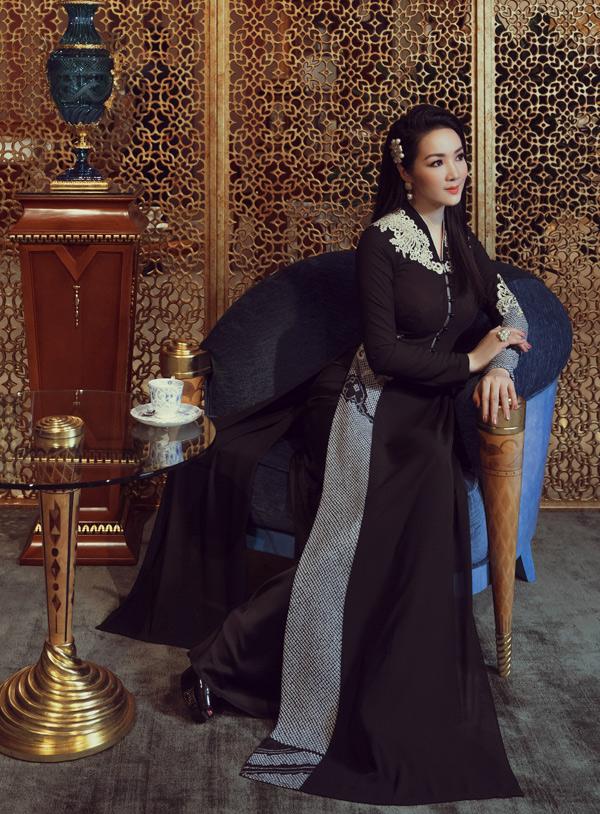 Các thiết kế chủ yếu thuộc gam màu trầm, cách điệu ở phần tay và cổ áo.