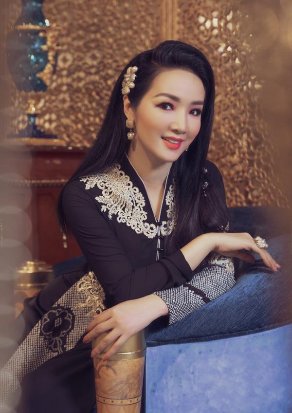 Võ Việt Chung chia sẻ anh đặt tên sưu tập là Tsubaki - tiếng Nhật có nghĩa là hoa sơn trà. Nhà thiết kế sử dụng chất liệu lụa chirimen thường dùng may kimono truyền thống của người Nhật để may áo dài.