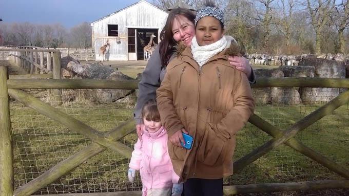 Chị Laura bên hai con gái Ayesha (15 tuổi) và Sophie (7 tuổi). Ảnh: Kennedy News and Media.