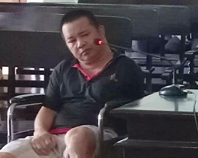 Bị cáo Khai ngồi xe lăn tại tòa. Ảnh: Hùng Lê