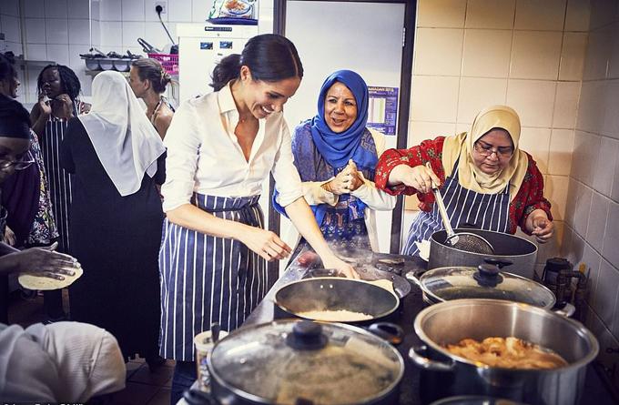 Meghan nấu những món ăn Hồi giáo ở nhà bếp của Hubb tại London hồi tháng giêng năm nay. Ảnh: PA.