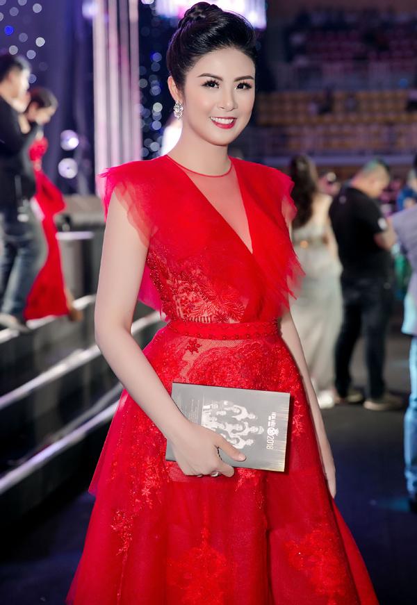 Đây cũng là bộ váy của người đẹp diện trên thảm đỏ chung kết Hoa hậu Việt Nam 2018 mới trước đó một ngày. Cả kiểu tóc và đôi bông tai còncó sự trùng hợp. Với các nghệ sĩ và người đẹp,đầu tư trang phục tham dự thảm đỏ khá tốn kém. Việc họ mặc lại trang phục không phảichưa từngxảy ra. Tuy nhiên, trường hợp Ngọc Hân sử dụng lại trang phục đến trang điểm ở hai ngày sát nhau là điều khá hiếm hoi.