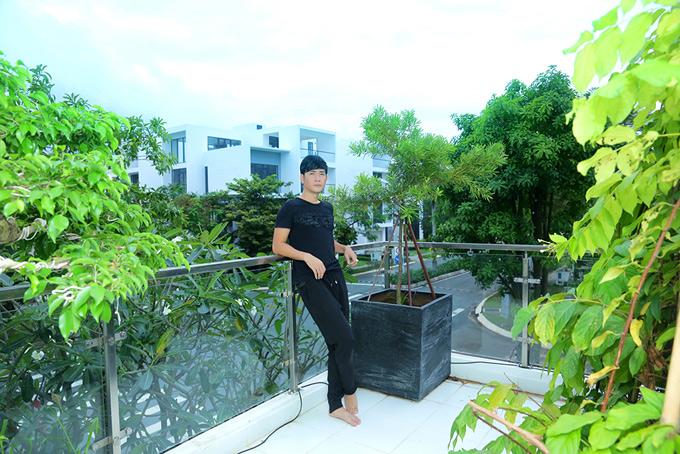 Ban công nhà anh cũng trồng nhiều cây xanh. Mỗi chiều gia đình nam ca sĩ thường ra đây hóng gió, ngắm cảnh.