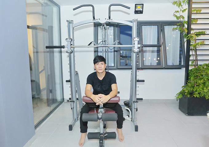 Quách Thành Danh đã 41 tuổi nhưng vẫn giữ được ngoại hình trẻ trung nhờ chăm chỉ tập gym.