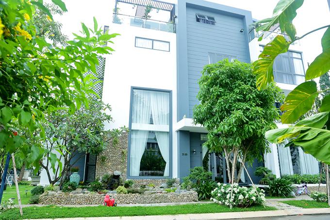 Nhà mới của nam ca sĩ gồm 2 mặt tiền đường, xây dựng một trệt, hai lầu, một tầng lửng và sân thượng. Biệt thự mang phong cách hiện đại với sân vườn bao quanh nhìn rất mát mắt. Khu vực này đặc biệt an ninh, được bảo vệ 24/24.