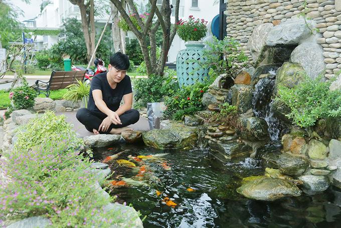 Chàng ca sĩ thiết kế một hồ cá koi. Khi không chạy show, anh thích ở nhà cho cá ăn và nhìn chúng bơi lội tung tăng, tranh nhau đớp mồi.
