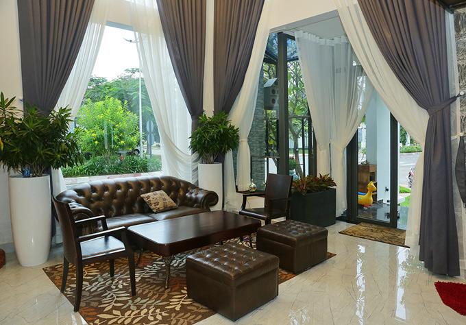 Phòng khách với nội thất cao cấp mang tông màu trầm.